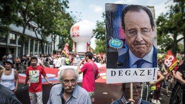 Verdünnisier Dich! Protestierende zeigen dem französischem Staatspräsidenten Hollande auf einer Demo der Gewerkschaften in Paris, was sie von ihm halten