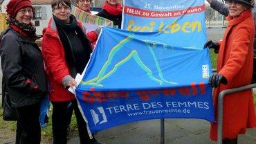 """Frauen halten die Fahne """"frei leben"""""""