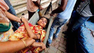 Eine Textilarbeiterin wird durch Hungerstreik krank und braucht ärztliche Hilfe