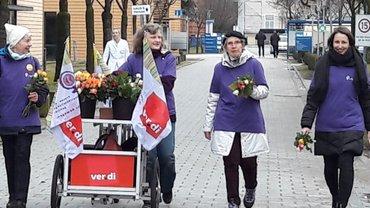 Aktive ver.di-Frauen auf dem Weg zu den Betrieben.