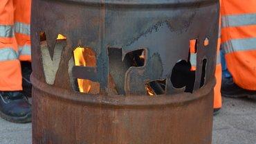 eine Feuertonne mit ver.di-Schriftzug