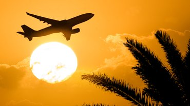 Flugzeug vor Sonnenuntergang