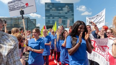 180 neue Stellen haben sich die Beschäftigten der Unikliniken in Düsseldorf und Essen erstreikt