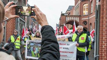 Mehr als 100 streikende Kolleginnen und Kollegen der Charité Physiotherapie- und Präventionszentrum GmbH solidarisierten sich mit den Celenus-Beschäftigten aus Bad Langensalza