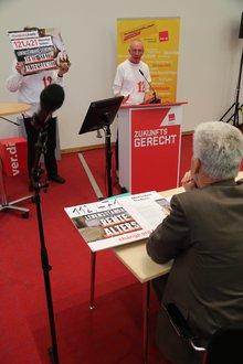 """symbolische Übergabe der Petition """"12 € Mindestlohn - darunter geht gar nichts"""" an den Staatssekretär des Bundesarbeitsministeriums Dr. Rolf Schmachtenberg."""