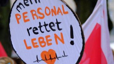 Schild mit der Aufschrift: Mehr Personal rettet Leben. Aufgenommen während der Streiks 2020.