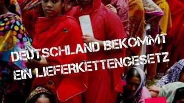 """Auf dem Bild sind viele zusammengedrängte Frauen in bunten Gewändern zu sehen und der Text:  """"Das Lieferkettengesetz kommt""""."""