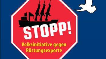 """Logo der Volksinitiative """"Stopp Rüstungsexporte"""". Zu sehen ist ein Stoppschild vor blauem Hintergrund. Auf dem Stoppschild ein stilisiertes Kriegsschiff mit Waffen und darüber geschrieben in fetten Lettern: """"STOPP!"""". Darunter: """"Volksinitiative gegen Rüstungsexporte"""". Neben dem Stoppschild ist eine Friedenstaube zu sehen."""