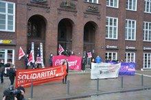 """Start der Kampagne """"Keine Ausnahme! Für die Verbesserung der Arbeitsbedingungen Studentischer Beschäftigter"""" vor der Hamburger Finanzbehörde."""