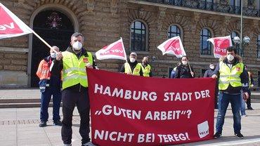 Beschäftigte der TEREG vor dem Hamburger Rathaus, wo sie den offenen Brief übergeben.